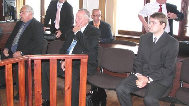 SOUDNÍ LÍČENÍ. Na lavici obžalovaných usedli tři lékaři sokolovské nemocnice. Primář Petr Volšík, jeho zástupce Václav Špalek a mladý lékař Jozef Renčko (v popředí zleva).