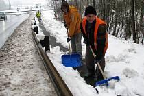 PRO PRACOVNÍKY veřejné služby v Novém Sedle je v těchto dnech hlavním úkolem úklid sněhu z chodníků a vozovek.