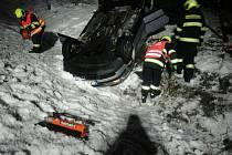 Auto skončilo u Boučí na střeše, jedna osoba v něm zůstala zaklíněná.