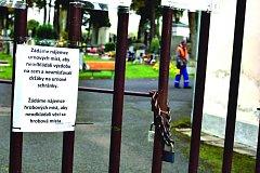 VÝZVA ČI ŽÁDOST správce hřbitova rozzlobila některé pozůstalé v Kraslicích. TS však kontrují, že se jen snaží o to, aby návštěvníci dodržovali hřbitovní řád.