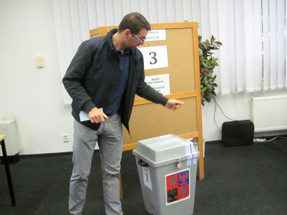 A je to! V sobotu ráno svůj hlas vhodil do urny i kandidát na starostu Chodova Patrik Pizinger.
