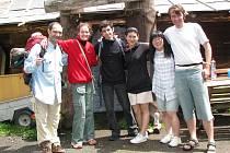 MLADÍ UMĚLCI. První skupina dobrovolníků, včetně vedoucích projektu, dorazila do Hřeben v sobotu dopoledne. Na společném snímku jsou Josep Aniceto, Olga Pluháčková, Veniamin Chuhkovich, Ji Heyon Hwang, Nari Jung a Štěpán Růžička (zleva).