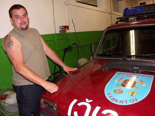 HASIČI z Habartova jezdí ke stejným zásahům jako profesionálové, ale nikdo z nich není hasičem na plný úvazek.