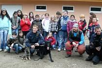ŠKOLÁCI se zašli podívat do sousedního Habartova, jak vypadá výcvik policejních psů.