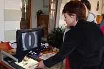 Na snímku si jedna z návštěvnic prohlíží pomůcku na čtení tisku