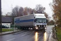 Křižovatka u Černého mlýna dělá při současné objížďce kvůli uzavřenému mostu přes Ohři kamionům problémy.