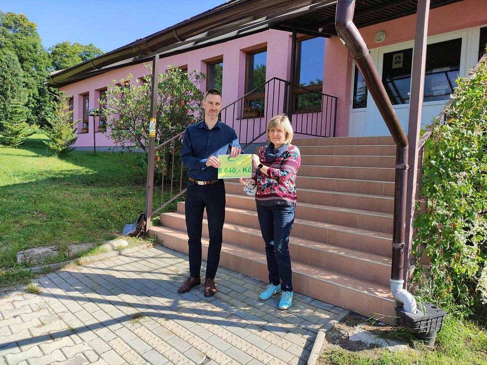 Běžci věnovali žákům více než osm tisíc korun.