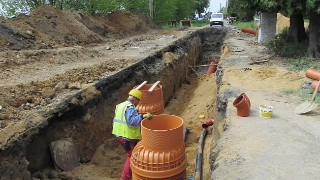 Práce na II. etapě kanalizace jsou v plném proudu. Dělníci začali pracovat už na začátku května a mají svou práci dokončit už v říjnu tohoto roku.