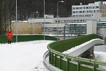 NOVÁ SILNICE z Královského Poříčí vede přes vybudovaný most a prochází mezi sokolovskou chemičkou, sousední čistírnou odpadních vod a končí napojením na Tovární ulici.