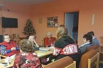 Loketští školáci navštívili seniory.