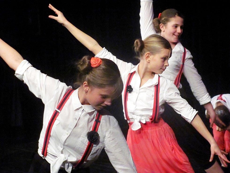 NA BENEFICI s několika vystoupeními  hostoval také další sokolovský taneční soubor Glamour.