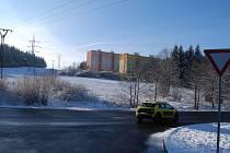 Na louce mezi sídlištěm a silnicí vyroste přes dvě stovky parkovacích míst