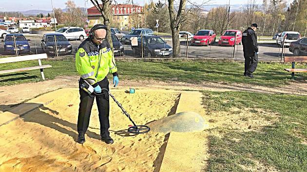 Strážníci prohledávali pískoviště.