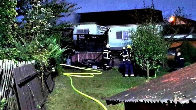 POŽÁR ZAHRADNÍ chatky likvidovalo v Kynšperku pět jednotek hasičů.