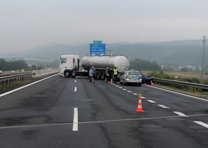 Prchajícího řidiče dopadli policisté u Karlových Varů.