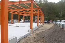 OCELOVÁ konstrukce už dává tušit, jak budou vypadat nové obchody na tržnici v Kraslicích.