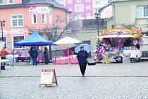 STAROMĚSTSKÁ ulice se hemžení lidí na Josefských trzích tentokrát nedočkala. Lidé ukrytí pod deštníky většinou spíš pospíchali se schovat.