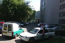 Parkovat pod nemocnicí je prakticky nemožné. Malé parkoviště je většinou plné.