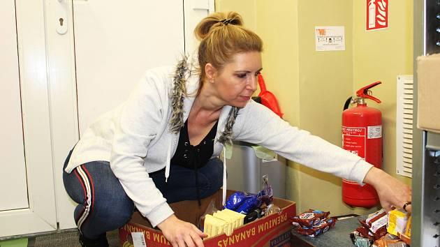 Potravinovou pomoc si odváží i Ljuba Bračková z Centra pro dítě a rodinu Valika z Karlových Varů.