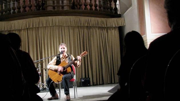 ANI ZPĚVÁK a kytarista Milan Hradil nevidí. Na jeho vystoupení s kytarou to ale nebylo nijak znát a stejně jako ostatní účinkující sklidil velký potlesk.