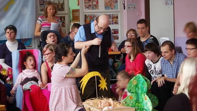 Klienti i pracovnice Mateřídoušky dojali vánoční besídkou nejen rodiče, ale i hosty