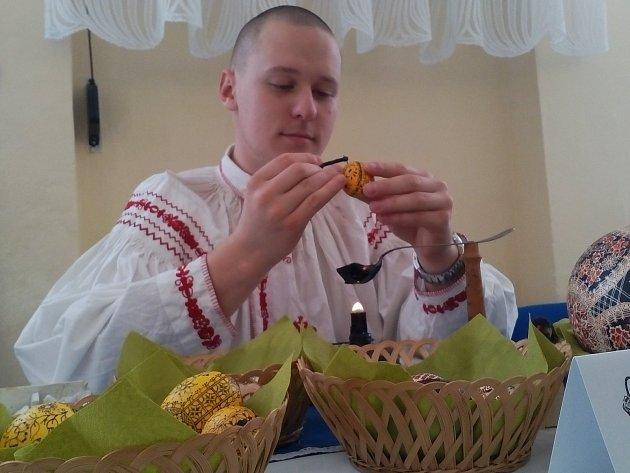 MALÍŘ VELIKONOČNÍCH vajíček Jakub Poulíček zdobí kraslice po vzoru svého otce už od osmi let.