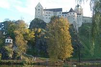 LOKETSKÝ hrad byl kulisou sobotnímu zamykání řeky Ohře. Vodáci využili počasí a projeli se v lodích a raftech.
