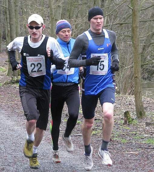 První tři běžci chvíli před cílem.