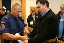 PROČ SI KOUPIL PISTOLI a sedmi ranami zabil 26letého muže se ve středu před senátem Krajského soudu v Plzni snažil vysvětlit Petr Wilfer.