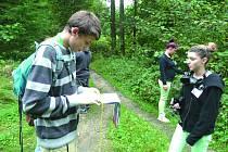 DĚTI zažívají díky ekoprogramu dobrodružství přímo v lese.