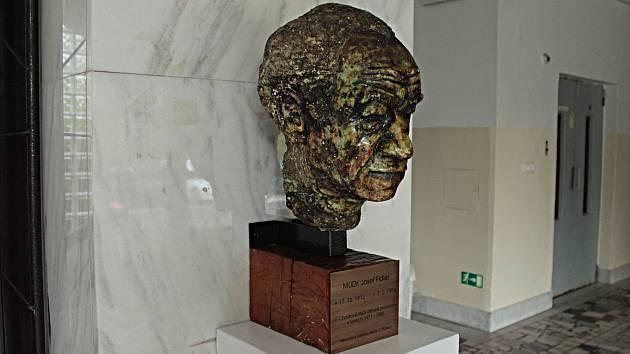 Busta v chodovské poliklinice připomíná dětského lékaře Josefa Fidlera.