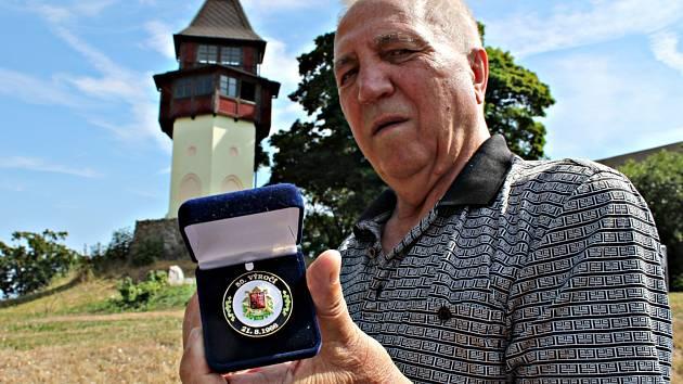 Josef Pulík s medailí k 50.výročí okupace