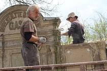 Obnova hrobky na chodovském hřbitově začala.