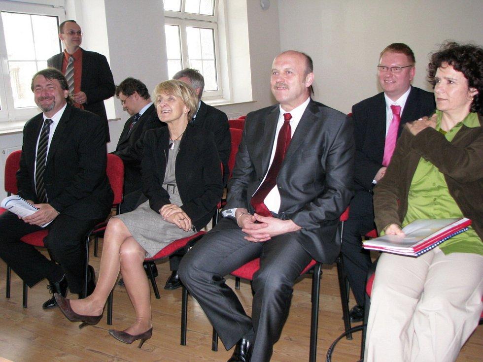 Eurokomisařka Danuta Hübner (druhá zleva) navštívila v pátek v podvečer město Habartov.
