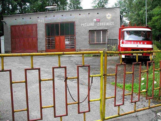 DOBROVOLNÍ HASIČI v Bukovanech sídlí ve zbrojnici na sídlišti v horní části obce. Výjezdovou techniku mají v garáži. Před budovou stojí již nepoužívané vozidlo.