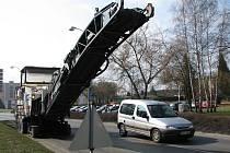 MOTORISTÉ by v centru Chodova měli být opatrní. Kvůli stavbě nové okružní křižovatky se tu pohybuje těžká pracovní technika.