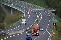 Dálnice D6, zátačka na mostě u Louček. Za poslední dva roky zde bylo 16 nehod se 7 zraněními.