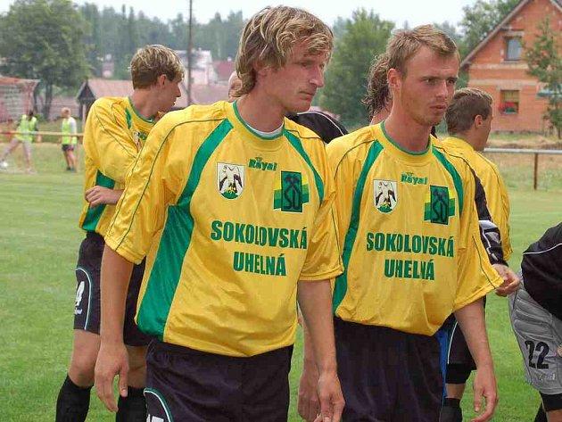Obránce Petr Mach (vlevo) zachránil včasným zákrokem při střele Bogdanova remízu Baníku na hřišti v Blšanech.