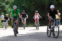 Cyklisté na snímku nošení přilby nepodceňují