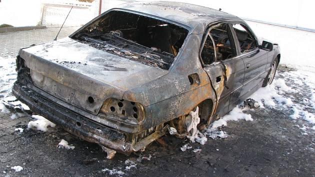 Vyhořelé auto v Kraslicích.