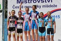 Karolína Poláková a Kristýna Burlová (zcela vpravo) při vyhlášení na mistrovství České republiky v časovce dvojic, kde braly třetí místo