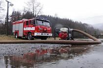 Zasahující hasiči v Oloví.