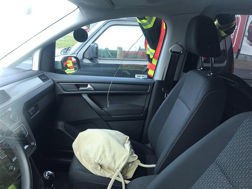 Miminko zůstalo před prodejnou v zamčeném autě.