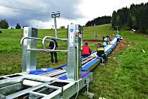 NA SNÍMKU stavba lyžařského pásu na dětském hřišti, kde přibydou i herní prvky.