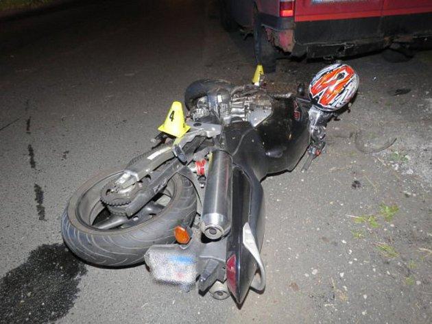 Při střetu se srnou se opilý motorkář vážně zranil.