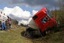 Pondělní havárie automobilové cisterny u Nového Sedla.