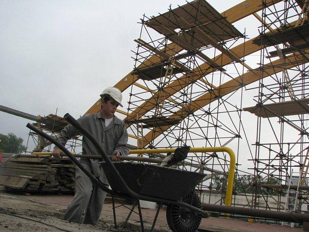 Rekonstrukce střechy zimního stadionu.