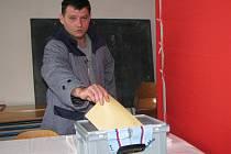 ODSOUZENÝ Václav stojí před volební komisí, která zasedala přímo v kynšperské věznici.