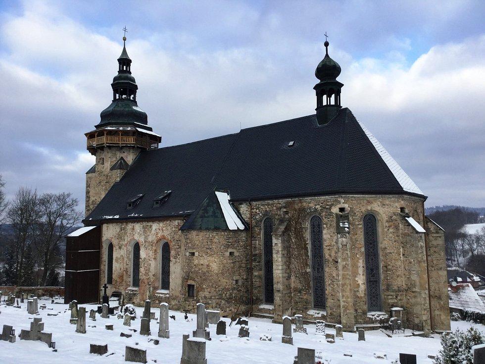 Kostel sv. Jiří má zpět všechny výplně oken a vitráže. Letos budou restaurovány kamenné prvky.