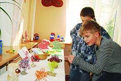 ČTVRTÁCI z chodovské 1. základní školy obdivují výrobky handicapovaných.